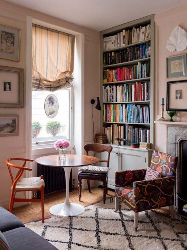Для окна возле домашней библиотеки можно подобрать белее легкую, но темную ткань для шторы