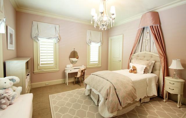 Детская комната с плотными светлыми портьерами в английском стиле