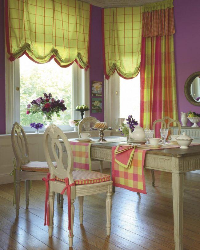 Изысканная и роскошная атмосфера в столовой с английскими шторами
