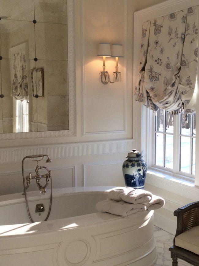Классическая лондонская штора в ванной комнате