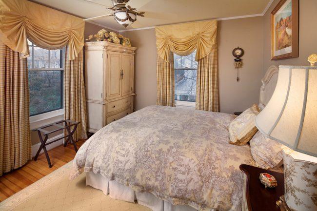 Оконная драпировка, придаст мягкости и уюта спальне