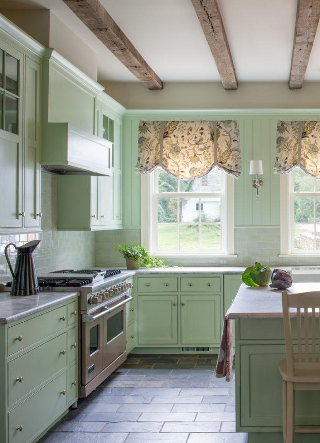 Короткие кухонные шторы в английском стиле отлично вписываются в прованский интерьер