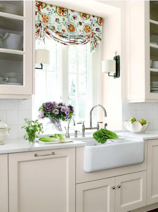 Цветастые лондонские шторы разбавят однотонную белую кухню