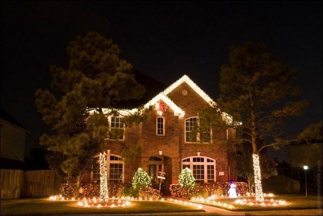 Украсить дом можно с помощью подсветки крыши, аллеек, деревьев
