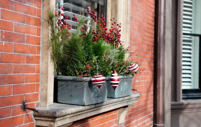 Украсить окно со стороны фасада помогут декоративные вазоны