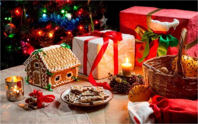 Пряничный домик, свечи и игрушки могут стать отличным дополнением рождественского стола в детской комнате
