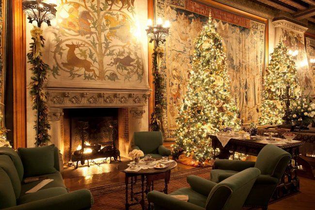 Множество огней в новогоднем декоре гостиной
