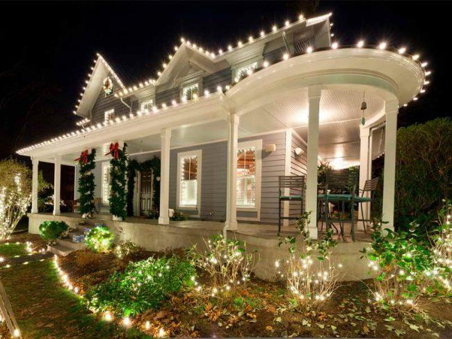 Новогодний декор фасада дома сможет настроить вас на правильную атмосферу в доме