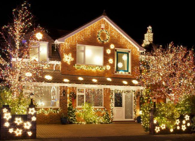 Украшение дома с помощью гирлянд выглядит роскошно и не требует особых финансовых затрат