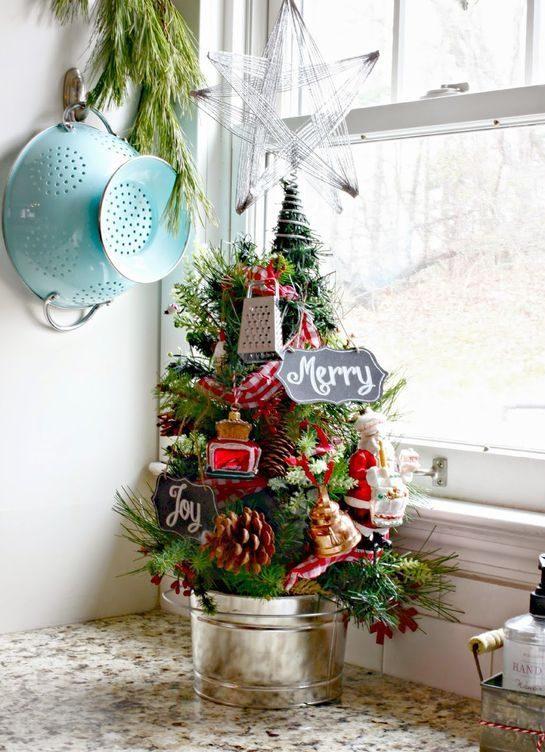 На подоконник в кухне можно установить маленькую декоративную елку