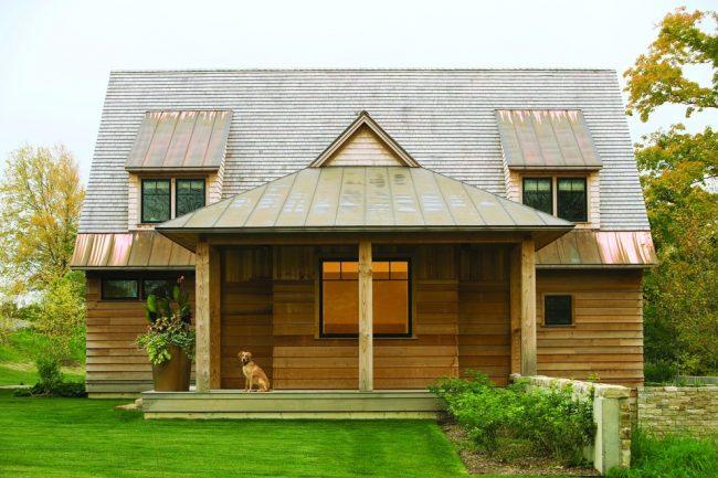 Медный козырек и часть крыши создают неповторимый вид фасада частного дома