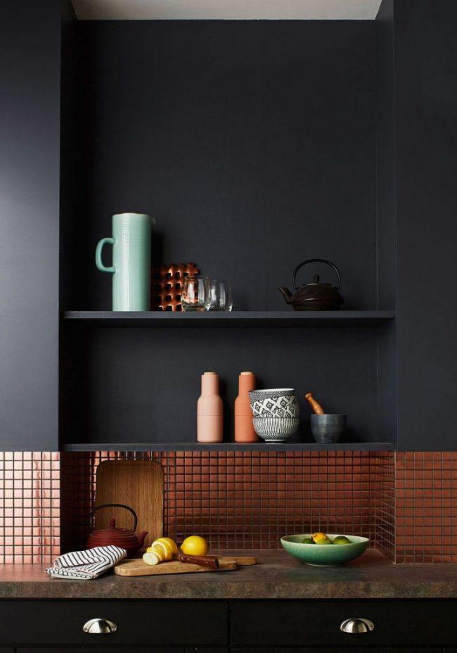 Медная мозаика в темной кухне смотрится богато и оригинально