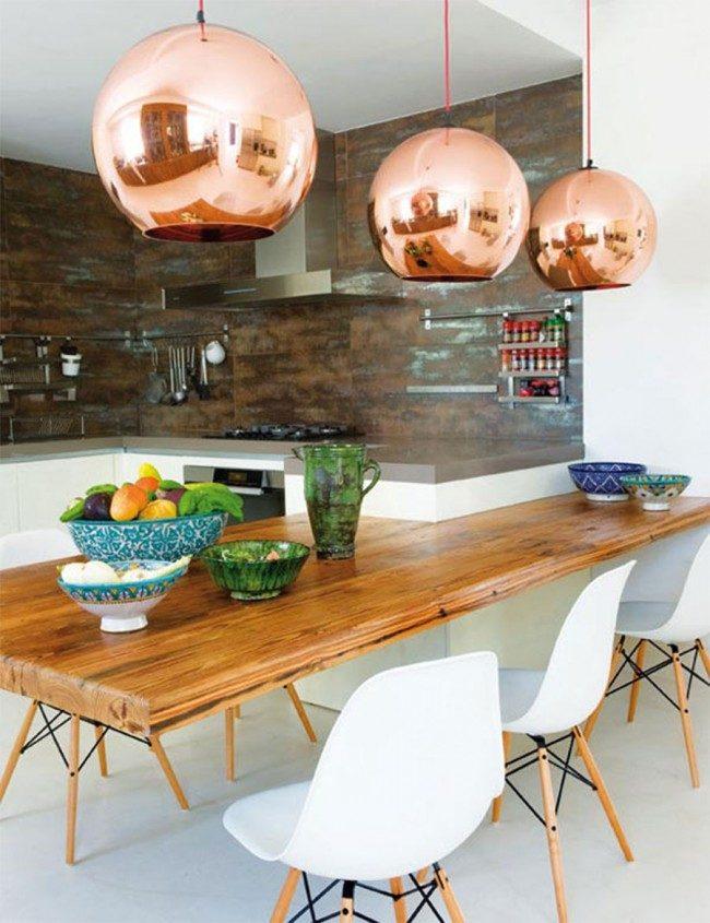 Крупные зеркальные лампы украсят столовую зону