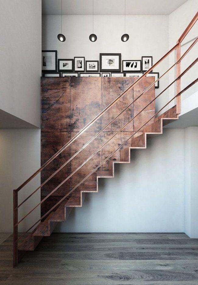 Стильная медная лестница в светлом помещении