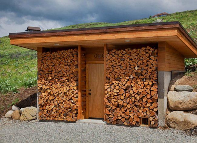Деревянный дровяник -самый популярный вариант