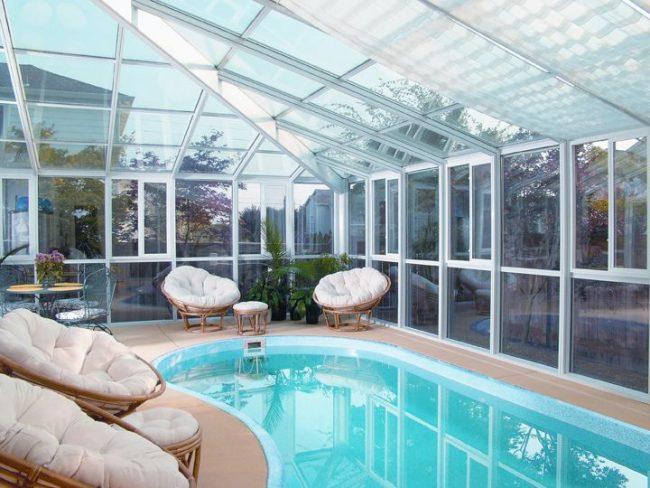 Навес из поликарбоната подходит для создание лаунж-зоны в доме
