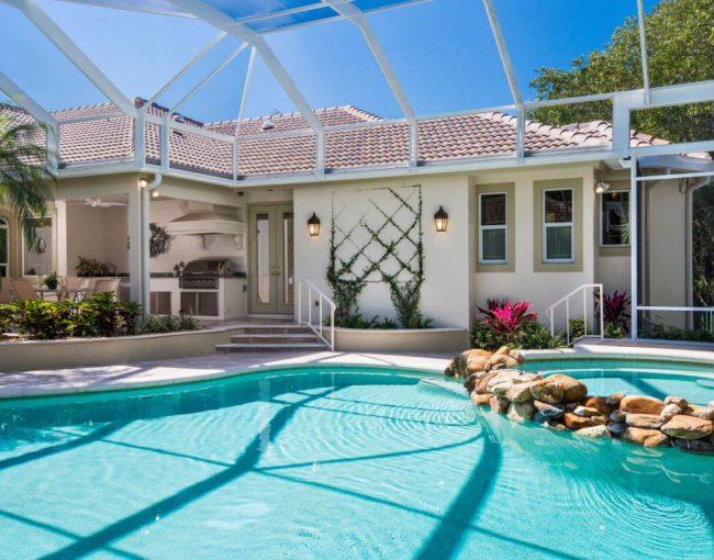 Классический загородный домик с бассейном и навесом из поликарбоната