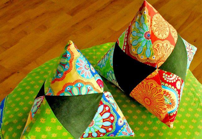 Мягкие подушечки в форме пирамиды, сшитые по технике треугольного пэчворка