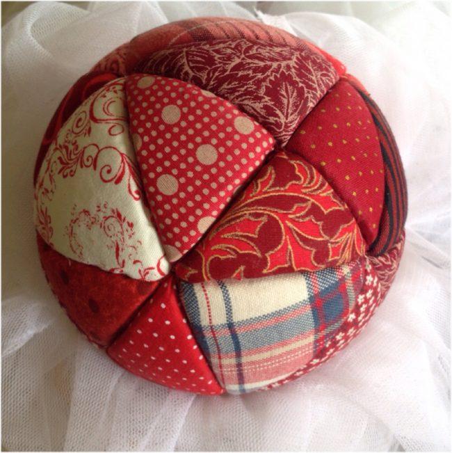 Детский мячик, сделанный по технологии кинусайга - один из разновидностей пэчворк