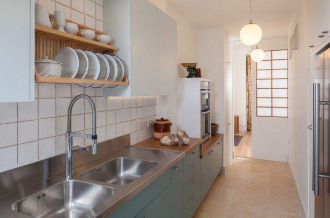 Все мебель в кухне-коридоре расположена по одну сторону