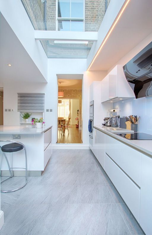 Барная стойка на кухне, перенесенной в коридор