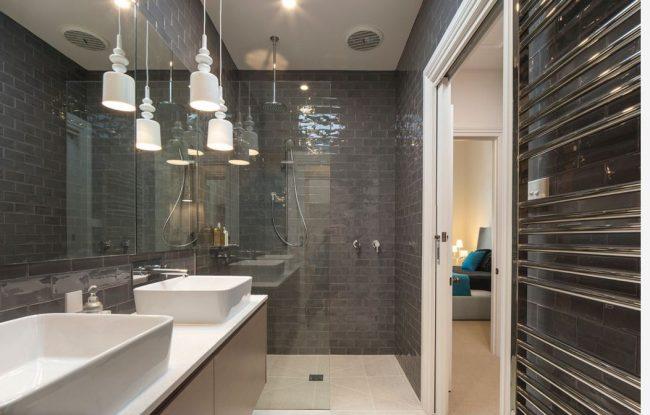 """Стеклянная плитка """"марблит"""" выглядит роскошно в темной ванной комнате с точечным освещением"""