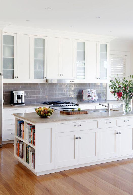 Серебристый цвет отделки кухонного фартука подчеркнет изысканность белой кухни