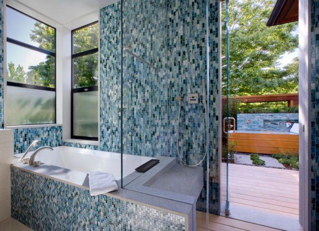 Синяя плитка-мозаика в ванной