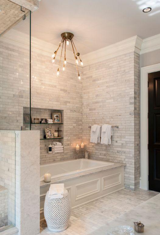 """Ванная комната в """"античном"""" стиле с применением стеклянной плитки на стенах и полу"""