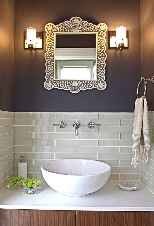 Стеклянной плиткой можно частично декорировать зоны в комнате, например, возле умывальника