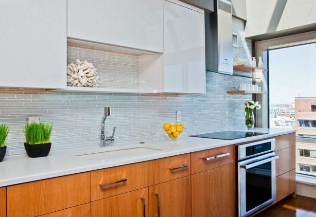 Светлая голубая плитка на современной кухне