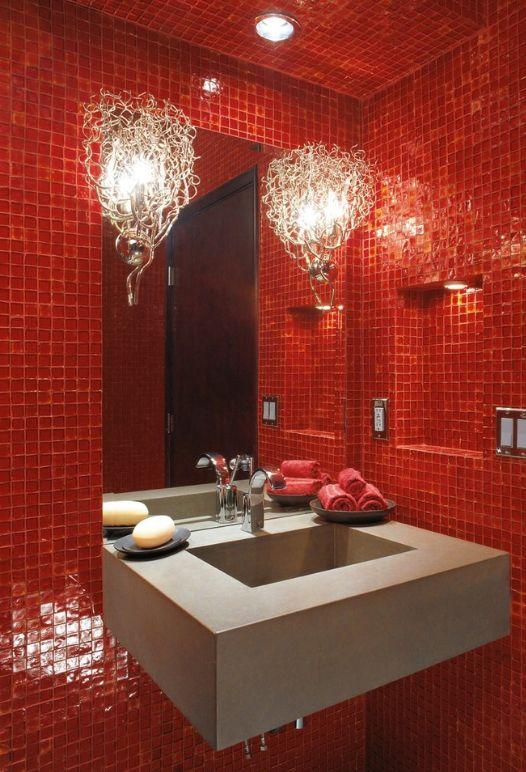 Оформление ванной комнаты в стиле модерн из стеклянной плитки-мозаики красного цвета