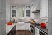 Фото 9 Стеклянная плитка для кухни и ванной: как придать интерьеру легкости и невесомости