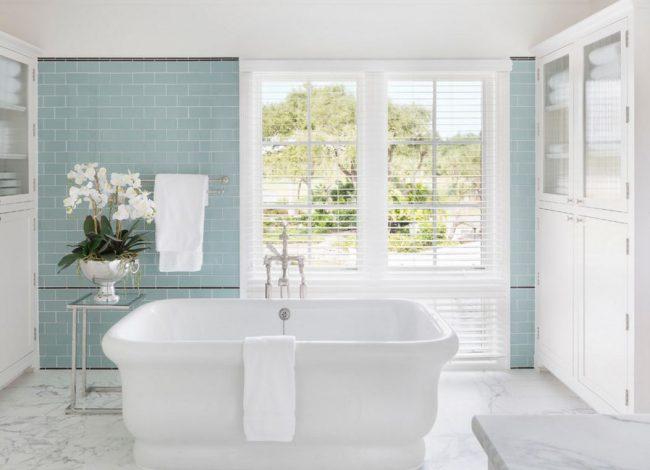 Стеклянная плитка устойчива к выгоранию: большие окна в ванной теперь не помеха