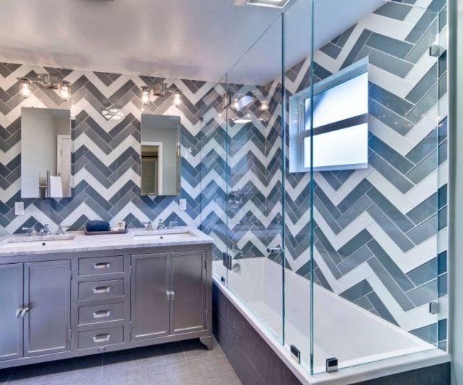 Рисунок в ванной комнате можно создать с помощью разноцветной стеклянной плитки