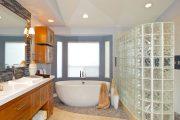 Фото 24 Стеклянная плитка для кухни и ванной: как придать интерьеру легкости и невесомости