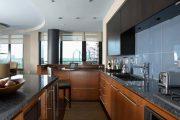 Фото 31 Стеклянная плитка для кухни и ванной: как придать интерьеру легкости и невесомости
