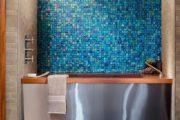 Фото 33 Стеклянная плитка для кухни и ванной: как придать интерьеру легкости и невесомости