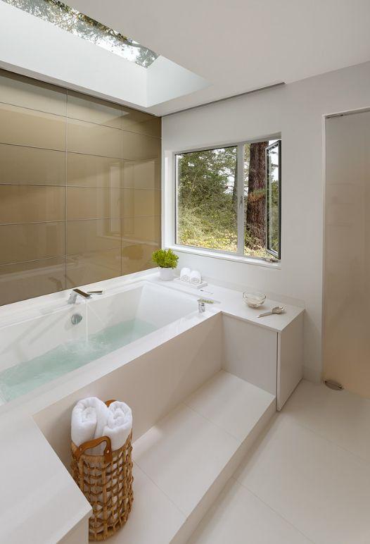 Гармоничное оформление ванной с окнами: применение плитки кофейного цвета, которая сочетается с аксессуарами