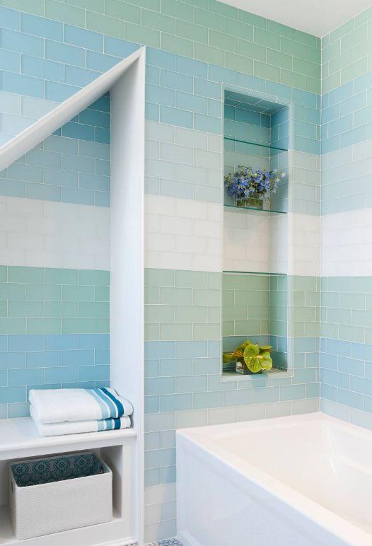 Эмалированная стеклянная плитка в голубых оттенках ванной комнаты
