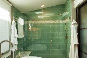 Фото 53 Стеклянная плитка для кухни и ванной: как придать интерьеру легкости и невесомости