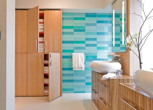 Стеклянная плитка в оттенках голубого цвета в ванной комнате