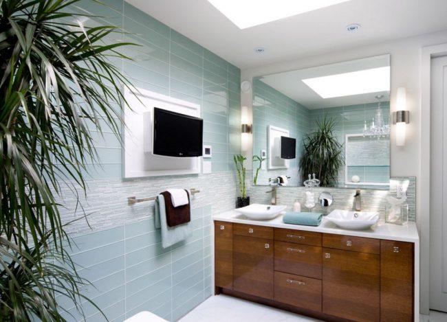 Визуально расширить пространство ванной комнаты поможет глянцевая стеклянная плитка и зеркало