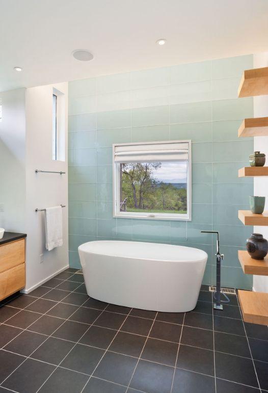Эмалированная стеклянная плитка на стенах ванной