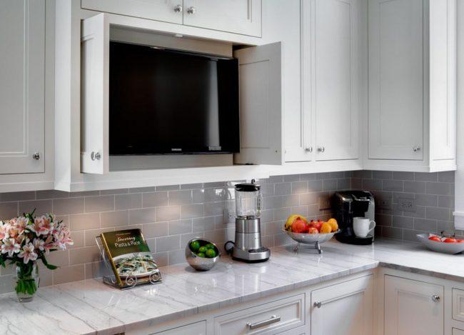 Оформление кухонного фартука с помощью стандартной стеклянной плитки серого цвета