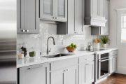 Фото 67 Стеклянная плитка для кухни и ванной: как придать интерьеру легкости и невесомости