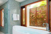 Фото 70 Стеклянная плитка для кухни и ванной: как придать интерьеру легкости и невесомости