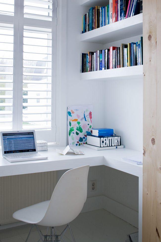 С помощью подоконника-столешницы вы можете оформить очень уютное рабочее место