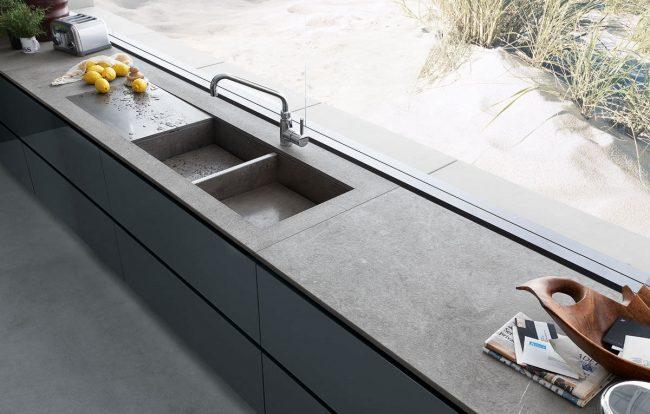 Вы можете встроить раковину в рабочую поверхность подоконника-столешницы на кухне