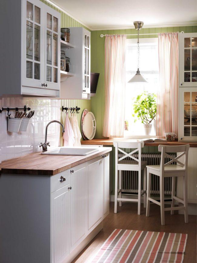 Для экономии пространства на небольшой кухне вы можете оформить подоконник-столешницу как обеденную зону